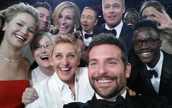 Melakukan-Selfie-Bersama